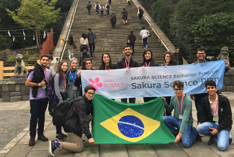 Clara Marcelino Ribeiro Sousa ( aluna do Câmpus Goiânia do IFG) e mais outros estudantes e professores que participaram do programa de intercâmbio Sakura Science High School Program, de 24 a 30 de novembro, no Japão.