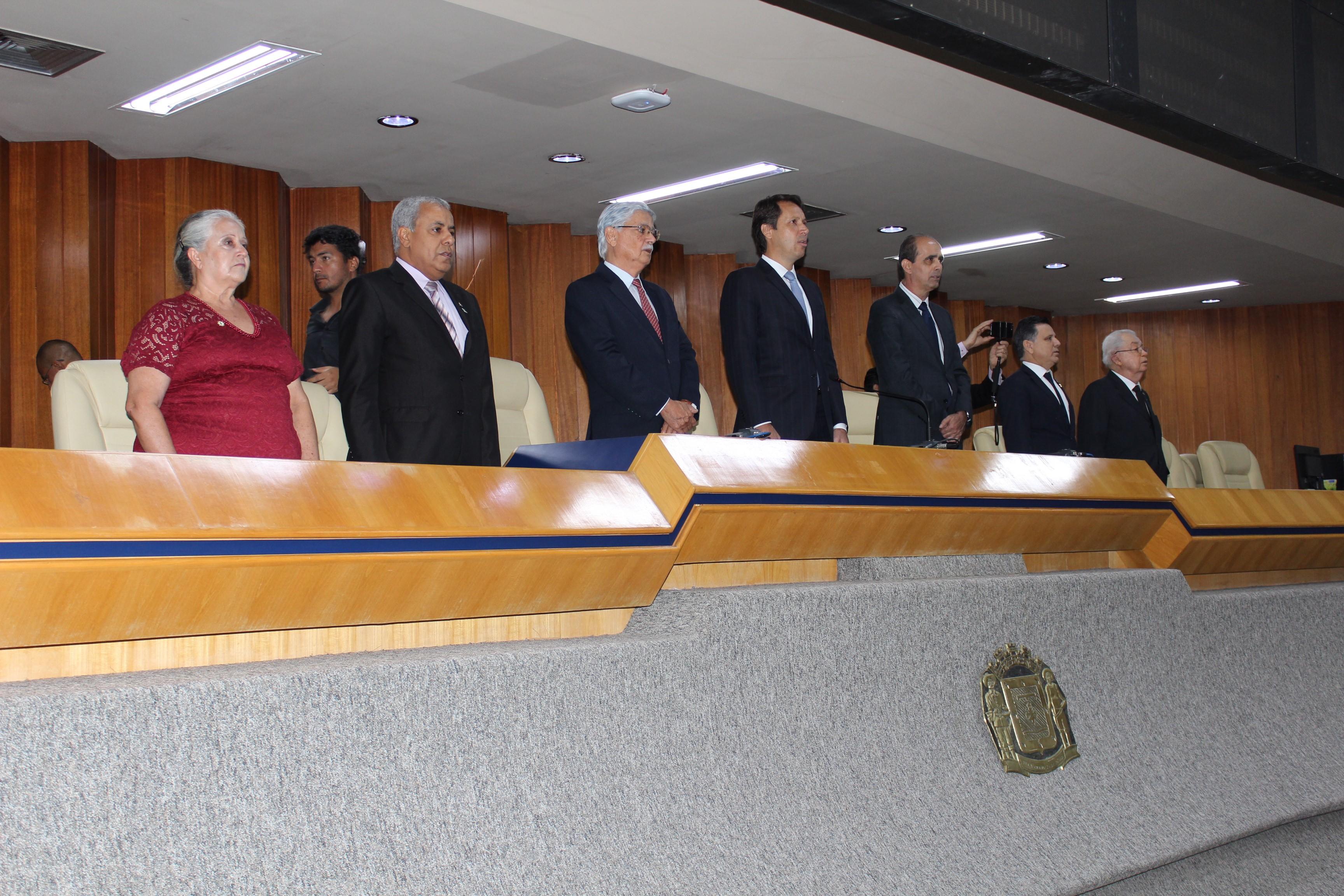 Composição da mesa diretiva na sessão especial